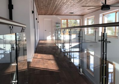 mezzanine de verre et poteaux noirs