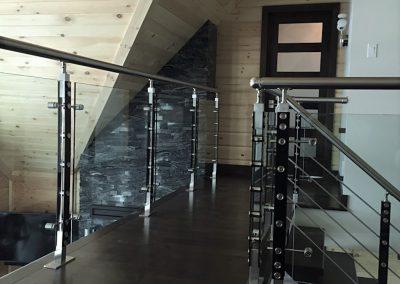 mezzanine avec un garde de verres et poteaux noirs